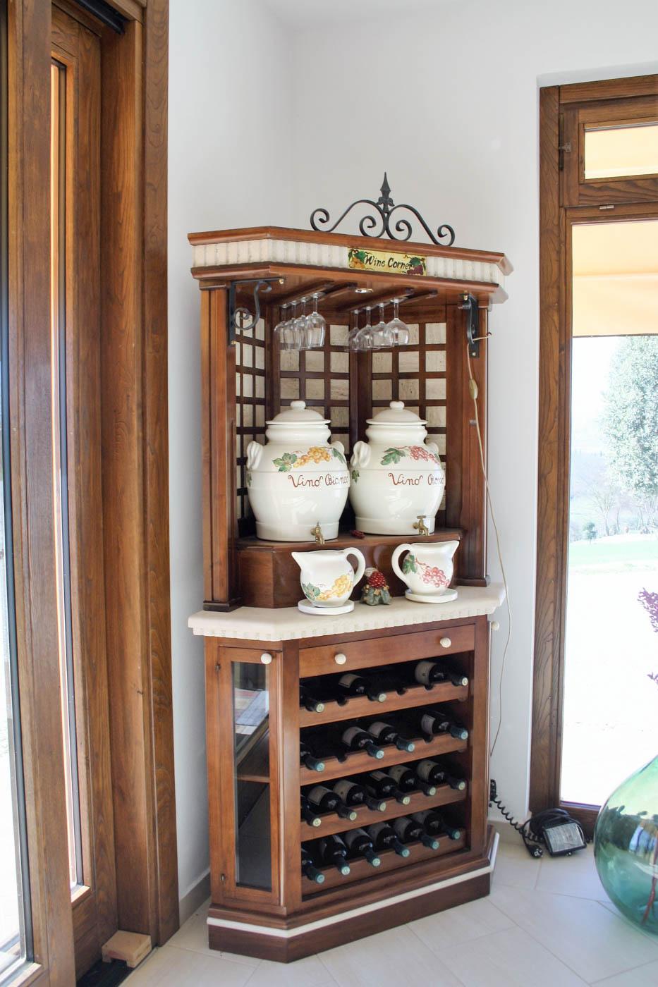 Mobili per vino legno design casa creativa e mobili for Arredamento toscano
